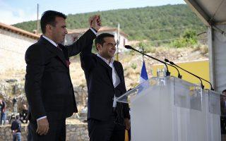 """Ο πρωθυπουργός της Ελλάδος, Αλέξης Τσίπρας (Δ) και ο πρωθυπουργός της ΠΓΔΜ, Ζόραν Ζάεφ (Α), ενώνουν τα χέρια κατά την τελετή υπογραφής συμφωνίας μεταξύ Ελλάδος και ΠΓΔΜ για το ονοματολογικό της γειτονικής χώρας, Ψαράδες Πρεσπών, Φλώρινα, Κυριακή 17 Ιουνίου 2018. Η συμφωνία αποτελεί προϊόν μίας πολύμηνης διαπραγμάτευσης μεταξύ των δύο χωρών και κατέληξε στο όνομα """"Βόρεια Μακεδονία"""" ή """"Severna Makedonja"""". ΑΠΕ-ΜΠΕ/Γραφείο Τύπου Πρωθυπουργού/Andrea Bonetti"""