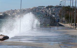 Μεγαλα κύματα και δυνατός αερας στην παραλία του Φαλήρου , Πέμπτη 8 Μαρτίου 2018. Ισχυροί  βορειοδυτικοί άνεμοι πνέουν στην Αττική. ΑΠΕ-ΜΠΕ/ΑΠΕ-ΜΠΕ/Παντελής Σαίτας