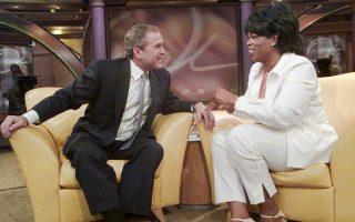 Περίπου δύο μήνες πριν από τις προεδρικές εκλογές που τον ανέδειξαν 43ο πρόεδρο των Ηνωμένων Πολιτειών, ο κυβερνήτης του Τέξας, Τζορτζ Ουώκερ Μπους, συνομιλεί με την τηλεοπτική παρουσιάστρια Όπρα Γουίνφρεϊ, στο τηλεοπτικό σόου της τελευταίας, The Oprah Winfrey Show, στο Σικάγο, το 2000. (AP Photo/Wilfredo Lee)