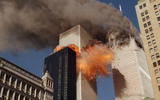 Το φονικότερο τρομοκρατικό χτύπημα στην ιστορία δέχονται οι Ηνωμένες Πολιτείες, όταν δύο αμερικανικά επιβατικά αεροσκάφη πέφτουν πάνω στους Δίδυμους Πύργους του Παγκόσμιου Κέντρου Εμπορίου, στο Μανχάταν της Νέας Υόρκης, προκαλώντας τον θάνατο περίπου 3.000 ανθρώπων και τραυματίζοντας άλλους 6.000, το 2001. Πίσω από τις αεροπειρατείες που οδήγησαν στα πολύνεκρα χτυπήματα βρισκόταν η τζιχαντιστική τρομοκρατική οργάνωση Αλ Κάιντα και ο Σαουδάραβας αρχηγός της, Οσάμα Μπιν Λάντεν. (AP Photo/Chao Soi Cheong)