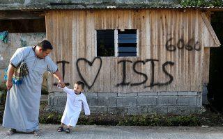 «Αγαπάω το Ισλαμικό Κράτος», γράφει ένα σύνθημα σε ένα σπίτι του Μαράουι, στις νότιες Φιλιππίνες, πόλη που είχαν θέσει υπό τον έλεγχο τους τζιχαντιστές αντάρτες την περασμένη χρονιά. (AP Photo/Aaron Favila)