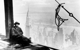 Ένας εργάτης ξεκουράζεται πάνω σε μία δοκό, στον 86ο όροφο του υπό κατασκευή Empire State Building, του επί πολλά χρόνια ψηλότερου ουρανοξύστη στον κόσμο, σε ύψος άνω των 300 μέτρων, στο Μανχάταν της Νέας Υόρκης, το 1930. Στο βάθος διακρίνεται το Chrysler Building, ο ουρανοξύστης που έχασε τον τίτλο του ψηλότερου κτιρίου στον κόσμο με το χτίσιμο του Empire State Building, τίτλο τον οποίο κατείχε για μόλις 11 μήνες. (AP Photo)