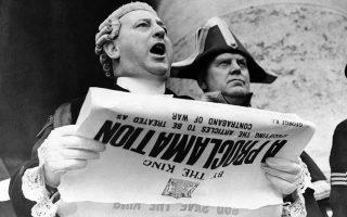 Με αφορμή την εισβολή του Τρίτου Ράιχ στην Πολωνία, η Μεγάλη Βρετανία κηρύσσει τον πόλεμο στη Ναζιστική Γερμανία, με την επίσημη ανακοίνωση να λαμβάνει χώρα έξω από το κτίριο Royal Exchange του Λονδίνου, το 1939. (AP Photo/Puttnam)