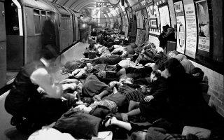 Ο σταθμός Piccadilly του μετρό του Λονδίνου έχει κατακλυστεί από οικογένειες Λονδρέζων πολιτών, που έχουν καταφύγει στο υπόγειο τμήμα της βρετανικής πρωτεύουσας, για να προφυλαχθούν από τους ολονύχτιους βομβαρδισμούς του Τρίτου Ράιχ, το 1940. (AP Photo)