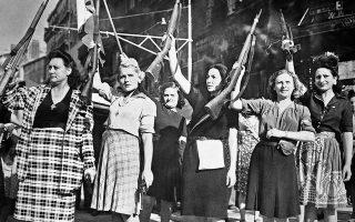 Ένοπλες γυναίκες που πολέμησαν εναντίον των Γερμανών από τις τάξεις των Μακί (Μaquis), των αντάρτικων ομάδων που έδρασαν κυρίως στη γαλλική ύπαιθρο κατά την περίοδο της ναζιστικής κατοχής της Γαλλίας, σηκώνουν ψηλά τα τυφέκια τους, αναμένοντας την άφιξη των συμμαχικών δυνάμεων και πανηγυρίζοντας την έκδιωξη της γερμανικής φρουράς από την πόλη, στη Μασσαλία, το 1944. (AP Photo)