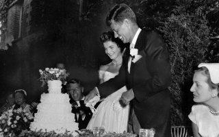 O Δημοκρατικός γερουσιαστής της Μασαχουσέτης, Τζον Φιτζέραλντ Κένεντι, και η σύζυγος του Ζακλίν Λι Μπουβιέ, μετέπειτα γνωστή ως Τζάκι Κένεντι, κόβουν την τούρτα του γάμου τους, την ημέρα της γαμήλιας τελετής, σε καθολικό ναό στο Νιούπορτ  του Ρόουντ Άιλαντ, το 1953. (AP Photo)