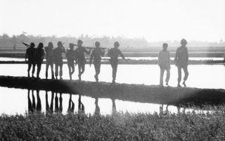 Με τη συνοδεία ενός πληροφοριοδότη από την περιοχή, ένα τάγμα Νοτιοβιετναμέζων πεζοναυτών επιστρέφει την αυγή στη βάση του μετά την ολοκλήρωση μίας νυχτερινής περιπόλου, κοντά στην Καν Ντουόκ, το 1964 (AP Photo)