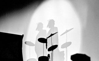 O ντράμερ των Beatles, Ρίνγκο Σταρ, χτυπάει μανιωδώς τα τύμπανα και τα κύμβαλα των ντραμς του, συμβάλλοντας και αυτός, όπως και τα υπόλοιπα τρία μέλη των «Σκαθαριών», στο εφηβικό πανδαιμόνιο που μαίνεται στην αρένα του σταδίου Memorial Coliseum, στην προτελευταία στάση της δεύτερης αμερικανικής περιοδείας του βρετανικού συγκροτήματος, στο Ντάλας του Τέξας, το 1964. (AP Photo/Ferd Kaufman)