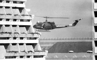 Ένα ελικόπτερο της αστυνομίας της Δυτικής Γερμανίας ετοιμάζεται να προσγειωθεί στο εσωτερικό του Ολυμπιακού Χωριού, στο Μόναχο, όπου μέλη της αραβικής τρομοκρατικής οργάνωσης «Μαύρος Σεπτέμβρης» κρατούν ομήρους δεκατρεις Ισραηλινούς αθλητές, μέλη της ολυμπιακής αποστολής του Ισραήλ, το 1972. (AP Photo)