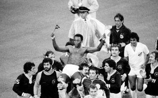Ο κατά πολλούς μεγαλύτερος ποδοσφαιριστής που πάτησε ποτέ το πόδι του στα ποδοσφαιρικά γήπεδα, Έντσον Αράντες Ντο Νασιμέντο, ευρύτερα γνωστός ως Πελέ, έχει σηκωθεί στους ώμους των παικτών της Σάντος και της Νιου Γιορκ Κόσμος, κρατώντας στα χέρια του μία αμερικανική και μία βραζιλιάνικη σημαία, στον τελευταίο επαγγελματικό αγώνα της καριέρας του, στο στάδιο Giants, στο Νιου Τζέρσεϊ, το 1977. Στον συγκεκριμένο αγώνα ο Πελέ έπαιξε και για τις δύο ομάδες, τις μοναδικές που αγωνίστηκε καθ' όλη τη διάρκεια της επαγγελματικής καριέρας του σε συλλογικό επίπεδο (Σάντος 1956-1974, Νιου Γιορκ Κόσμος 1975-1977). (AP Photo/Richard Drew)