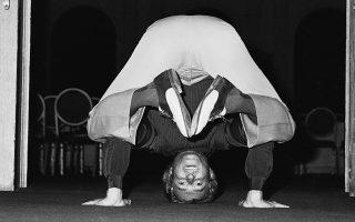 Ο θρυλικός Βρετανός κομμωτής Βιντάλ Σασούν, οι κομμωτικές τεχνικές του οποίου έφεραν στυλιστική επανάσταση στο γυναικείο χτένισμα τις δεκαετίες του 50' και του 60', παρουσιάζει μία δύσκολη άσκηση γιόγκα, ενός από τα αγαπημένα του χόμπι, κάπου στο Λος Άντζελες, το 1980. (AP Photo/Randy Rasmussen)