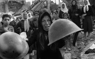Δέκα ημέρες μετά την άγρια σφαγή αμάχων Παλαιστινίων στους προσφυγικούς καταυλισμούς της Σάμπρα και της Σατίλα, μία Παλαιστίνια γυναίκα επιδεικνύει δύο κράνη στις κάμερες, τα οποία, σύμφωνα με τα λεγόμενα της, φορούσαν οι φυσικοί αυτουργοί της αιματηρής εισβολής, κατά τη διάρκεια μίας τελετής στη μνήμη των θυμάτων στη Σάντρα, το 1982. Το τρίημερο 15-17 Σεπτεμβρίου του 1982, στο πλαίσιο του εμφυλίου πολέμου του Λιβάνου, ομάδες παραστρατιωτικών Χριστιανών Φαλαγγιτών εισέβαλαν στους δύο καταυλισμούς υπό το απαθές βλέμμα του ισραηλινού στρατού, και επιδόθηκαν σε αγριότητες κατά των κατοίκων, σκοτώνοντας πολλές εκατοντάδες Παλαιστινίους (μεταξύ 460 και 3.500) και βιάζοντας μεγάλο αριθμό γυναικών.  (AP Photo/Bill Foley)