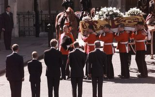O πρίγκιπας Κάρολος της Ουαλίας, οι δύο γιοι του, πρίγκιπας Ουίλιαμ και πρίγκιπας Χάρι, ο πατέρας του, πρίγκιπας Φίλιππος και ο αδερφός της Νταϊάνας, Τσαρλς Ερλ Σπένσερ, παρακολουθούν τη μεταφορά του φερέτρου της αδικοχαμένης πριγκίπισσας της Ουαλίας, το οποίο μεταφέρεται στο Αββαείο του Ουέστμινστερ, στο Λονδίνο, το 1997. (AP Photo/John Gaps III)