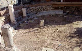 Καταστροφές στον περιφραγμένο και κλειδωμένο αρχαιολογικό χώρο του υστερορωμαϊκού οικοδομήματος, που βρίσκεται στην αυλή του μητροπολιτικού ναού της Μυτιλήνης, καταγγέλλει η Εφορεία Αρχαιοτήτων Λέσβου, την Τετάρτη 19 Σεπτεμβρίου 2018. Συγκεκριμένα όπως αναφέρεται σε ανακοίνωση της Εφορείας Αρχαιοτήτων Λέσβου,  ο μαρμάρινος στυλοβάτης του κτηρίου καταστράφηκε από έλαια, που πιθανόν οφείλονται στο άναμμα κεριών, τα οποία μαζί με διάφορα άλλα απορρίμματα, κυρίως νάιλον, εγκαταλείφθηκαν στον χώρο. ΑΠΕ- ΜΠΕ/ ΑΠΕ-ΜΠΕ /ΣΤΡΑΤΗΣ ΜΠΑΛΑΣΚΑΣ