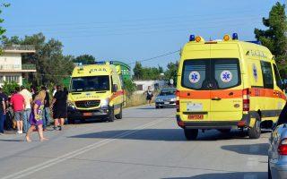 Κόσμος δίπλα στο αυτοκίνητο παρακολουθεί την προσπάθεια των ανθρώπων του ΕΚΑΒ να απεγκλωβίσουν και να μεταφέρουν στο ασθενοφόρο τους τραυματίες, μετά το τροχαίο ατύχημα που σημειώθηκε το απόγευμα της Παρασκευής 2 Ιουνίου 2017 στην επαρχιακή οδό Νέας Κίου Άργους στο ύψος της αντιπροσωπείας Alpha Romeo. Ένα Ι.Χ  αυτοκίνητο με κατεύθυνση το Άργος στο οποίο επέβαιναν μια γυναίκα και δυο άντρες για άγνωστο λόγο μέχρι στιγμής, εξετράπη της πορείας του ανετράπη και έπεσε σε παρακείμενο χαντάκι. Από το ατύχημα τραυματίστηκε πιο σοβαρά η γυναίκα και ελαφρότερα οι άνδρες όπου διακομίσθηκαν στο νοσοκομείο από ασθενοφόρα του ΕΚΑΒ για την παροχή πρώτων βοηθειών.ΑΠΕ-ΜΠΕ/ΑΠΕ-ΜΠΕ/ΜΠΟΥΓΙΩΤΗΣ ΕΥΑΓΓΕΛΟΣ
