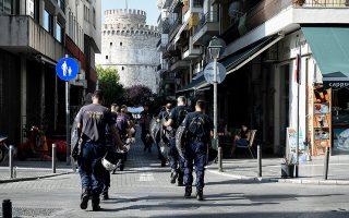 Μία από τις δεκάδες διμοιρίες της αστυνομίας που κλήθηκαν για να αποτρέψουν οποιαδήποτε «επαφή» διαμαρτυρόμενων πολιτών με κυβερνητικά στελέχη κατευθύνεται προς τον Λευκό Πύργο.