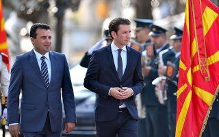 Ο πρωθυπουργός της ΠΓΔΜ Ζόραν Ζάεφ (αριστερά) με τον καγκελάριο της Αυστρίας Σεμπάστιαν Κουρτς, κατά την πρόσφατη επίσκεψη του τελευταίου στα Σκόπια.