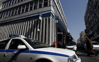 Περιπολικό της Ελληνικής Αστυνομίας βρίσκεται σταθμευμένο έξω από κατάστημα των ΕΛΤΑ όπου 36χρονος σκότωσε 45χρονη υπάλληλο, στον Πειραιά, Πέμπτη 29 Μαρτίου 2012. ΑΠΕ-ΜΠΕ/ΑΠΕ-ΜΠΕ/ΑΛΚΗΣ ΚΩΝΣΤΑΝΤΙΝΙΔΗΣ