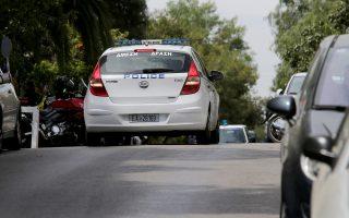 Αστυνομικοί έχουν αποκλείσει περιοχή του Παλαιού Φαλήρου όπου τέσσερεις δράστες επεχείρησαν να ληστέψουν ηλικιωμένη γυναίκα με την απειλή πιστολιού, Δευτέρα 3 Απριλίου 2017. Ληστεία και  καταδίωξη, που κατέληξε στη σύλληψη δύο δραστών σε πολυκατοικία στη συμβολή των οδών Μουσών και Θησέως στο Παλαιό Φάληρο ενώ ένας τρίτος έπεσε από τον όγδοο όροφο και σκοτώθηκε ενώ ένας ακόμα αναζητείται. ΑΠΕ-ΜΠΕ/ΑΠΕ-ΜΠΕ/Παντελής Σαίτας