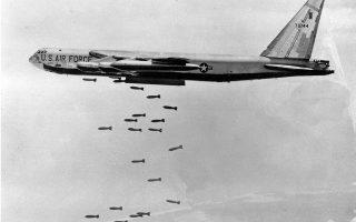 Ο βομβαρδισμός της Καμπότζης από αμερικανικά B-52 άρχισε στις 18 Μαρτίου 1970. Οι ΗΠΑ έριξαν συνολικά 2,7 εκατ. τόνους εκρηκτικών.