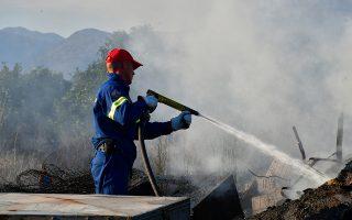 Άνδρες της πυροσβέστικής υπηρεσίας προσπαθούν για την κατάσβεση της πυρκαγιάς που εκδηλώθηκε σε οικοπεδική έκταση στην περιοχή του Κουρτακίου του Δήμου Άργους Μυκηνών στην Αργολίδα, την Παρασκευή 22 Ιουνίου 2018. Η εστία της πυρκαγιάς εντοπίσθηκε σε σωρό με σκουπίδια κοντά στο σχολείο του χωριού. Η φωτιά επεκτάθηκε και σε ένα αυτοκίνητο. Στο σημείο της πυρκαγιά έσπευσαν οχήματα από την Πυροσβεστική Άργους που κατέσβησαν την πυρκαγιά. ΑΠΕ-ΜΠΕ/ΑΠΕ-ΜΠΕ/ΜΠΟΥΓΙΩΤΗΣ ΕΥΑΓΓΕΛΟΣ