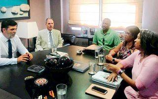 Οι γονείς και η θεία του Bakari σε συνάντηση με τον δικηγόρο Ανδρέα Πάτση λίγο πριν από την έναρξη της δίκης.