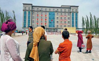 Αποψη του επιβλητικού κτιρίου «μετεκπαίδευσης» και «αποριζοσπαστικοποίησης» στο Οτάν, πόλη της επαρχίας Σινγιάνγκ, στην Κίνα.