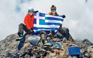 Με την ελληνική σημαία στα 4.884 μέτρα, στην Carstensz Pyramid στην Παπούα. Μέχρι σήμερα οι δύο γυναίκες έχουν κατακτήσει άλλες τέσσερις κορυφές: Elbrus (Ρωσία), Κιλιμάντζαρο (Αφρική), McΚinley (Β. Αμερική), Aconcagua (Ν. Αμερική).