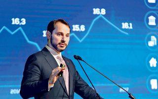 O Toύρκος υπουργός Εμπορίου και Οικονομικών, Μπεράτ Αλμπαϊράκ, κατά τη διάρκεια παρουσίασης του μεσοπρόθεσμου οικονομικού προγράμματος στην Κωνσταντινούπολη.