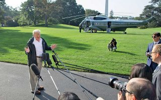 Ο πρόεδρος Τραμπ απαντά σε ερωτήσεις δημοσιογράφων προτού αναχωρήσει από τον Λευκό Οίκο με κατεύθυνση τη Βόρεια Καρολίνα.