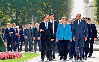 Οι χαμηλοί τόνοι κυριάρχησαν στις συζητήσεις των Ευρωπαίων ηγετών για το προσφυγικό, στο πλαίσιο άτυπης Συνόδου στο Σάλτσμπουργκ, όπου εξετάστηκε το ενδεχόμενο οικονομικής συνεισφοράς των χωρών που δεν θέλουν να αποδεχθούν στο έδαφός τους πρόσφυγες. «Μιλάμε για ανθρώπους, δεν μιλάμε για χαλιά», θύμισε στους συναδέλφους του ο πρωθυπουργός του Λουξεμβούργου, Ξαβιέ Μπετέλ.