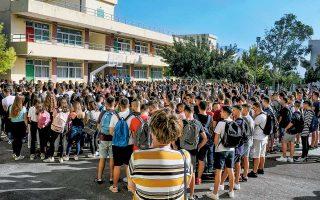 Η υπόσχεση του υπουργού Παιδείας, Κώστα Γαβρόγλου, για έναρξη των μαθημάτων στις 9 π.μ. από την επόμενη σχολική χρονιά, «για να κοιμόμαστε λίγο παραπάνω», έγινε η είδηση της χθεσινής ημέρας στα «πηγαδάκια» των μαθητών στα σχολεία όλης της χώρας. Το πρώτο κουδούνι της νέας σχολικής χρονιάς ήχησε χθες και συνοδεύθηκε από την τέλεση του καθιερωμένου αγιασμού.