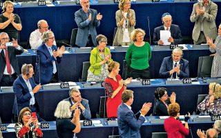 Ευρωβουλευτές χειροκροτούν τη συνάδελφό τους Τζούντιθ Σαρτζενίντι, που εισηγήθηκε να εφαρμοστεί για την Ουγγαρία το άρθρο 7 της Συνθήκης της Ε.Ε., το οποίο προβλέπει κυρώσεις σε κράτος-μέλος, μέχρι και αναστολή του δικαιώματος ψήφου, εφόσον κριθεί ότι παραβιάζει θεμελιώδεις αρχές της Ενωσης. Το Ευρωκοινοβούλιο τάχθηκε με μεγάλη πλειοψηφία υπέρ της εισήγησης. Ο πρόεδρος της Ευρωπαϊκής Επιτροπής Ζαν-Κλοντ Γιούνκερ δήλωσε χαρούμενος για το αποτέλεσμα της ψηφοφορίας και στην ετήσια ομιλία του στο Στρασβούργο πρότεινε να ενισχυθούν οι συνοριοφύλακες σε 10.000 μέχρι το 2020.