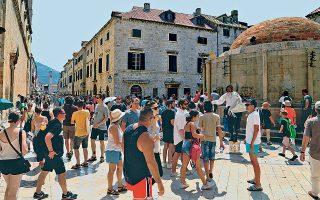 Πλήθος κόσμου κατακλύζει κάθε μέρα τον λιθόστρωτο πεζόδρομο «Στραντούν» της κροατικής πόλης του Ντουμπρόβνικ, με τους μόνιμους κατοίκους να παραπονούνται για τη συμφόρηση. Χιλιάδες τουρίστες αναζητούν γνώριμά τους σημεία από τα γυρίσματα της σειράς «Game of Thrones», ενώ, παρά τις εξαγγελίες του τοπικού δήμου, κανένα μέτρο δεν έχει ληφθεί με στόχο τον περιορισμό των αφίξεων γιγαντιαίων κρουαζιερόπλοιων.