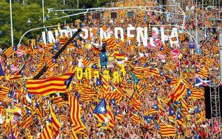 Ανεξαρτησία της Καταλωνίας, κατάργηση της μοναρχίας, απελευθέρωση των πολιτικών κρατουμένων. Τα αιτήματα της μεγάλης διαδήλωσης που κατέλαβε έξι χιλιόμετρα λεωφόρου στη Βαρκελώνη χθες, ημέρα εθνικής επετείου της Καταλωνίας, δεν λείπουν. Λείπει όμως, ύστερα από μια δραματική χρονιά, η προοπτική εκτόνωσης της διαμάχης.