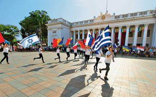Από τη μεγάλη γιορτή για τα 224 χρόνια της Οδησσού, στην πλατεία του Δημαρχείου. Φέτος η γιορτή είχε έντονο ελληνικό χρώμα, καθώς εγκαινιάστηκε το Ελληνικό Πάρκο, με μουσείο για τον ελληνισμό της Ουκρανίας, παιδική χαρά, κατάφυτο χώρο 33.000 τ.μ., εμπνευστής και δωρητής του οποίου είναι ο Ελληνας επιχειρηματίας Παντελής Μπούμπουρας.