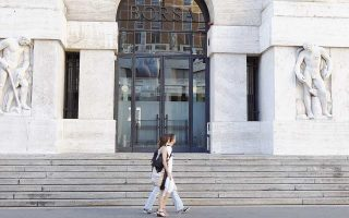 Οι αποδόσεις των 10ετών ιταλικών ομολόγων αυξήθηκαν κατά 4 μ.β., στο 2,90%. Αφορμή στάθηκαν οι απειλές του Κινήματος 5 Αστέρων ότι θα αποχωρήσει από την κυβέρνηση αν δεν ικανοποιηθεί το αίτημά του για αύξηση δαπανών στον προϋπολογισμό του 2019.