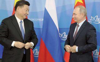 Βλαντιμίρ Πούτιν και Σι Τζινπίνγκ δεσμεύθηκαν να πολεμήσουν από κοινού τον προστατευτισμό και να συνεργασθούν για να ενισχύσουν τις οικονομίες τους. Ιδιαίτερο βάρος φάνηκε να δίνει ο Ρώσος πρόεδρος στη συμφωνία που συνήψαν οι δύο χώρες για να αυξήσουν τη χρήση των εθνικών τους νομισμάτων.