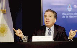 Τους δημοσιονομικούς στόχους του νέου προγράμματος παρουσίασε ο Αργεντίνος υπουργός Οικονομίας Nικολάς Ντουχόβνε, που στη συνέχεια αναχώρησε για την Ουάσιγκτον. Σήμερα θα συναντηθεί στην πρωτεύουσα των ΗΠΑ με την επικεφαλής του ΔΝΤ Κριστίν Λαγκάρντ, προκειμένου να διαπραγματευθεί την εσπευσμένη εκταμίευση μέρους του δανείου ύψους 50 δισ. δολαρίων που συμφώνησε με το Ταμείο τον Ιούνιο.