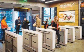 Τα σούπερ μάρκετ χωρίς ταμεία είναι το νέο σχέδιο της Amazon. Για να ψωνίσει κανείς από τα Amazon Go, θα πρέπει να κατεβάσει τη σχετική εφαρμογή στο κινητό του, η οποία συνδέεται με τον λογαριασμό του στην Αmazon, που χρεώνεται ανάλογα με τις αγορές του. Στόχος της εταιρείας είναι τα 3.000 καταστήματα έως το 2021, ενώ ήδη λειτουργούν πιλοτικά 4 στις ΗΠΑ.