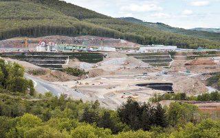 Να πιέσουν την κυβέρνηση προσπαθούν η εταιρεία και οι Καναδοί μέτοχοι της Εldorado Gold, καθώς κρίσιμες άδειες για την υλοποίηση του έργου στις Σκουριές εξακολουθούν να βρίσκονται στα συρτάρια του υπουργού Περιβάλλοντος και Ενέργειας Γιώργου Σταθάκη.