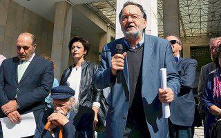 Ο Παναγιώτης Λαφαζάνης, έξω από το κτίριο της ΓΑΔΑ, υπερασπίζεται το δικαίωμά του να κάνει ό,τι θέλει, επειδή είναι αριστερός και πρόεδρος εξωκοινοβουλευτικού κόμματος.