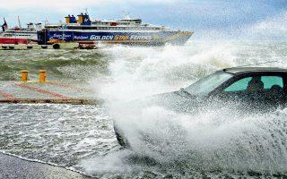 Τα κύματα «καταπίνουν» ένα αυτοκίνητο στο λιμάνι της Ραφήνας. Σήμερα οι άνεμοι στο Αιγαίο αναμένεται να υποχωρήσουν στα 5-6 μποφόρ.