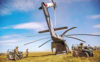 Φωτογραφία που έδωσε στη δημοσιότητα το ρωσικό υπουργείο Αμυνας δείχνει ελικόπτερο Mi-26, στο πλαίσιο της άσκησης «Vostok-2018».