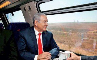 Ο Ισραηλινός πρωθυπουργός Μπέντζαμιν Νετανιάχου κοιτάει από το παράθυρο του τρένου, στη διάρκεια της χθεσινής δοκιμής.