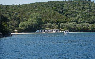 Φωτογραφία αρχείου που δόθηκε σήμερα στην δημοσιότητα και εικονίζει άποψη από  το νησί Σκορπιός.  Τετάρτη  04 Ιουνίου 2014. Τη λάμψη της οικογένειας Ωνάση, ξανάδωσε στον Σκορπιό ο νέος ιδιοκτήτης του νησιού Ντιμίτρι Ριμπολόβλεφ. Τα γενέθλια της κόρης του Εκατερίνα, έφεραν στο νησί υψηλούς προσκεκλημένους, οι οποίοι χθες το βράδυ διασκέδασαν στην πολυτελή θαλαμηγό της οικογένειας. Στα νερά του Ιονίου έχουν καταπλεύσει θαλαμηγοί αλλά και το κρουαζιερόπλοιο «Seabourn Spirit» στις σουίτες του οποίου, φιλοξενούνται οι υψηλοί καλεσμένοι  για τη μεγάλη γιορτή των γενεθλίων της Εκατερίνα Ριμπολόβλεβα.  ΑΠΕ- ΜΠΕ/ ΑΠΕ-ΜΠΕ/ΤΖΩΡΑ Μ