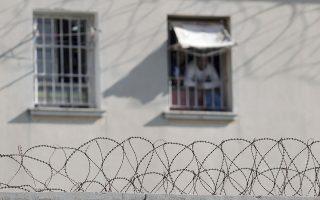 Κρατούμενοι κοιτάζουν από το παράθυρο των φυλακών Κορυδαλλού, την Παρασκευή 21 Νοεμβρίου 2014.  Εκτονώθηκε η κατάσταση στο νοσοκομείο των φυλακών Κορυδαλλού. Το πρωί ηλικιωμένη γυναίκα, συγγενής Γεωργιανού κρατούμενου, συνελήφθη με μεγάλη ποσότητα ναρκωτικών ουσιών, κατά τη διάρκεια του επισκεπτηρίου. Ομάδα 20 με 25  κρατουμένων αντέδρασε προκαλώντας υλικές ζημιές στο ισόγειο του νοσοκομείου, ενώ επιτέθηκαν και τραυμάτισαν ελαφρά σωφρονιστικούς υπαλλήλους και κατέλαβαν το εσωτερικό θυρωρείο των φυλακών.  ΑΠΕ-ΜΠΕ/ΑΠΕ-ΜΠΕ/ΓΙΑΝΝΗΣ ΚΟΛΕΣΙΔΗΣ