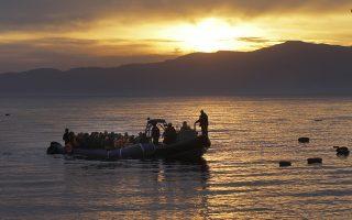 Σκάφος της FRONTEX συνοδεύει πρόσφυγες ή μετανάστες που φθάνουν με φουσκωτή βάρκα σε παραλία της Μυτιλήνης, Λέσβος, Τετάρτη 17 Φεβρουαρίου 2016. ΑΠΕ-ΜΠΕ/ΑΠΕ-ΜΠΕ/ΟΡΕΣΤΗΣ ΠΑΝΑΓΙΩΤΟΥ
