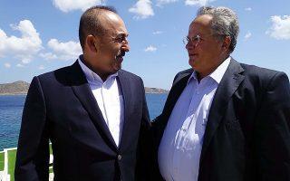 Ο υπουργός Εξωτερικών, Νίκος Κοτζιάς (Δ) συνομιλεί με τον Τούρκο ομόλογό του, Μεβλούτ Τσαβούσογλου (Α) στην ανεπίσημη συνάντηση που είχαν στην Κρήτη, Κυριακή 28 Αυγούστου 2016. Ο υπουργός Εξωτερικών Νίκος Κοτζιάς είχε προ μηνών απευθύνει πρόσκληση στον  Μεβλούτ Τσαβούσογλο να επισκεφθεί την Κρήτη. ΑΠΕ-ΜΠΕ/ΑΠΕ-ΜΠΕ/STR