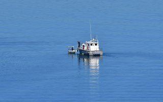 Σκάφος του Λιμενικού σώματος του Λιμεναρχείου Ναυπλίου εκτελεί ελέγχους σε ερασιτεχνικό σκάφος στον Αργολικό κόλπο, Σάββατο 10 Μαρτίου 2018. Το πλωτό περιπολικό  σκάφος του Λιμεναρχείου Ναυπλίου στα πλαίσια ελέγχου των ερασιτεχνών ψαράδων και των σκαφών τους, πραγματοποίησε ελέγχους για τη  νομιμότητα των ερασιτεχνικών σκαφών αλιείας ανοιχτά του λιμένος της πόλης του Ναυπλίου.  ΑΠΕ-ΜΠΕ /ΑΠΕ-ΜΠΕ/ΜΠΟΥΓΙΩΤΗΣ ΕΥΑΓΓΕΛΟΣ